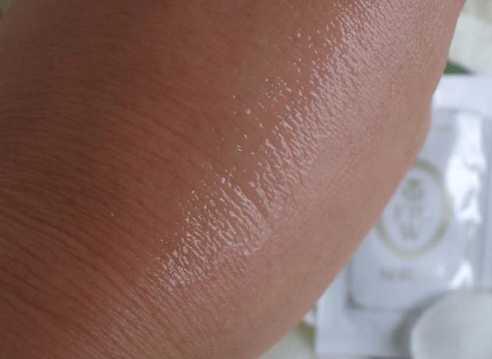 美白美容液つける