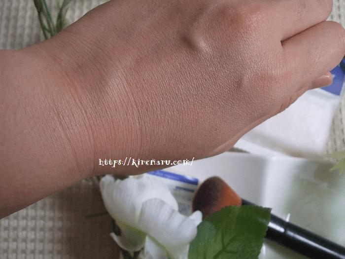 ブルークレールの日焼け止めを肌につける