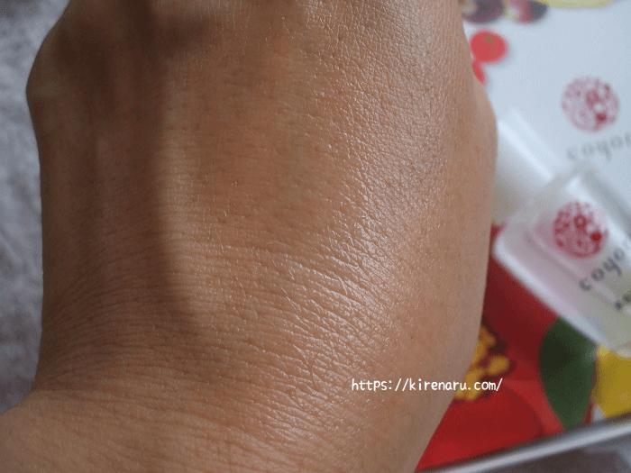 Coyori美容液オイルを手の甲で伸ばす